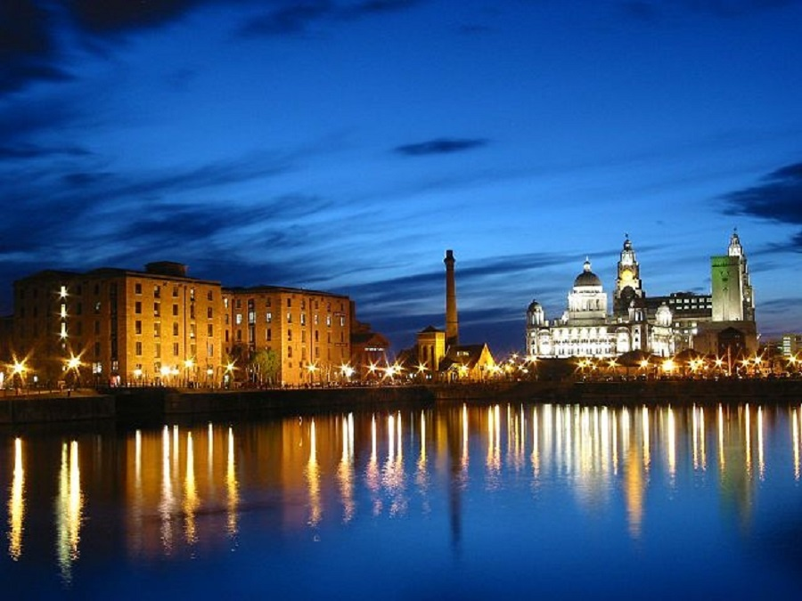 640px-Albert_dock_at_night