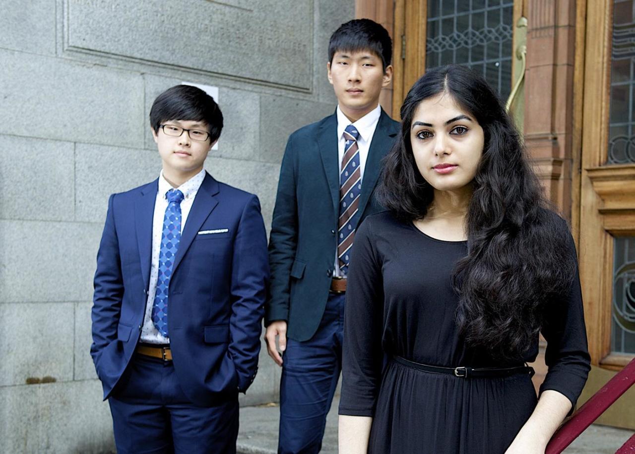 NCUK-studenten buiten het Sackville Street-gebouw in Manchester, waar NCUK is gevestigd.